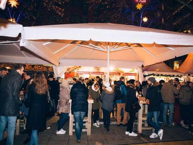 event7 Weihnachtsmarkt Kapuziner Planken Krustenbraten Stand