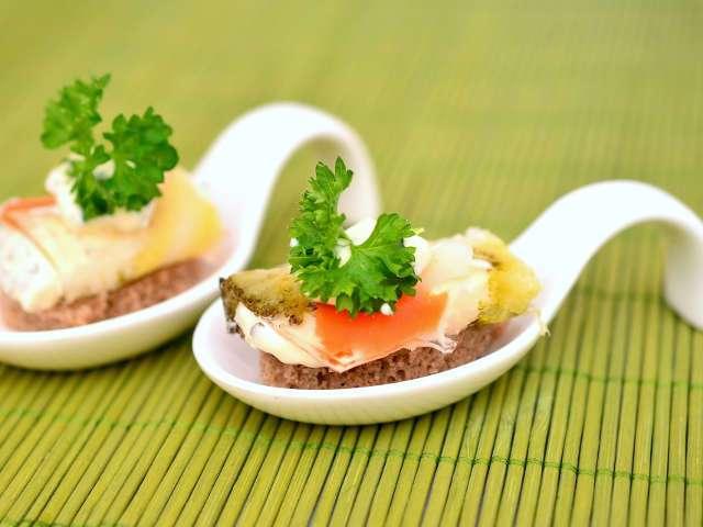 Fingerfood im Löffel serviert